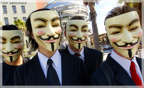"Activistas de ""Anonymous"" portando las caretas de Guy Fawkes."
